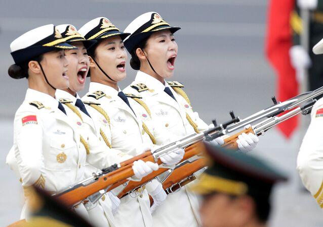 Kobieca rota warty honorowej armii Chin po raz pierwszy maszeruje podczas parady w Pekinie, Chiny