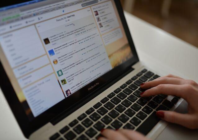 Strona Twitter na ekranie laptopa