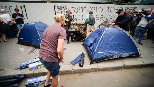Demonstrujący naprzeciwko budynku telewizji Inter w Kijowie - Sputnik Polska