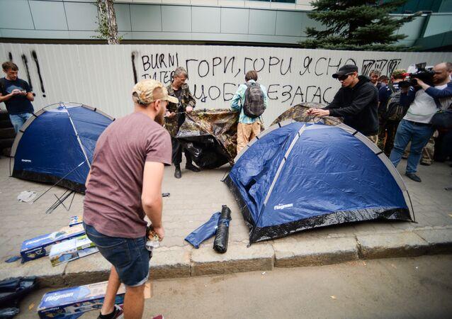 Demonstrujący naprzeciwko budynku telewizji Inter w Kijowie
