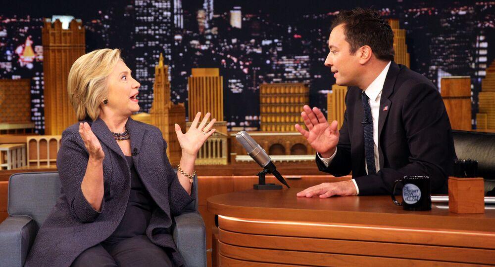Prezenter NBC przywitał Clinton w masce medycznej