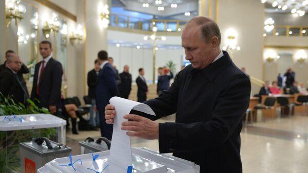 Prezydent Rosji Władimir Putin zagłosował w dniu wyborów do Dumy Państwowej FR. - Sputnik Polska