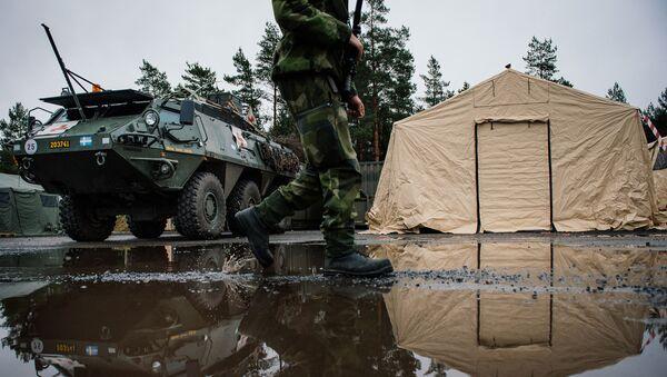 Szwedzki żołnierz na tle transportera opancerzonego Patria XA-360 AMV w bazie wojskowej Nordyckiej Grupy Bojowej w Szwecji - Sputnik Polska