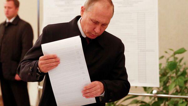 Prezydent Putin oddaje swój głos w wyborach do rosyjskiej Dumy - Sputnik Polska