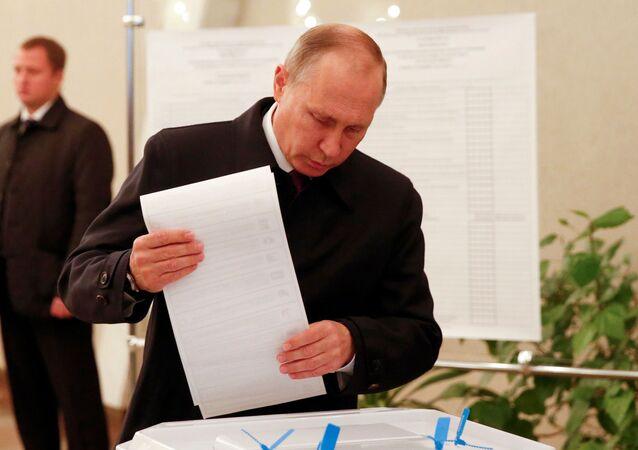 Prezydent Putin oddaje swój głos w wyborach do rosyjskiej Dumy