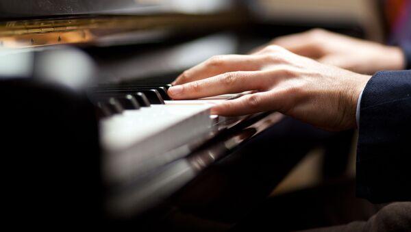 Muzyk podczas gry na pianinie - Sputnik Polska