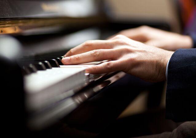 Muzyk podczas gry na pianinie