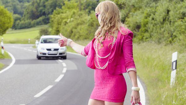 Dziewczyna w różu na ulicy - Sputnik Polska