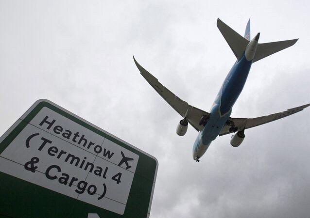 Samolot lądujący na lotnisku Heathrow