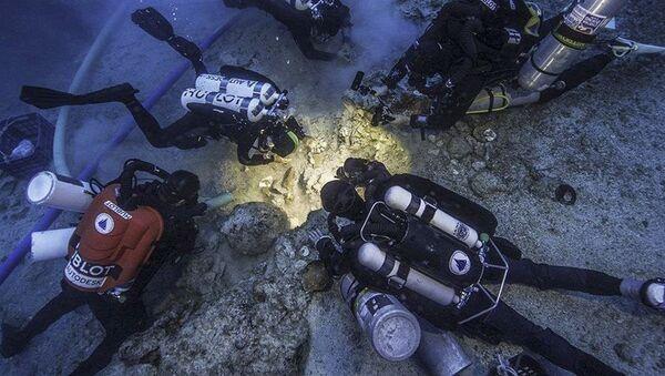 """Podwodni archeolodzy znaleźli we wraku okrętu w pobliżu wyspy Antykithira, gdzie swego czasu został znaleziony słynny mechanizm z Antykithiry, czyli komputer starożytnych Greków, szczątki członka załogi tego """"high-tech"""" okrętu - Sputnik Polska"""
