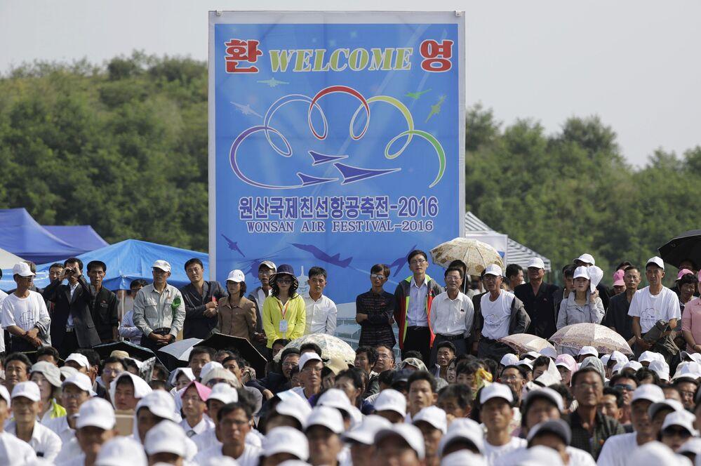 """Widzowie podczas pokazów lotniczych """"Festiwal Lotniczy Przyjaźni Narodów"""" w Korei Północnej"""