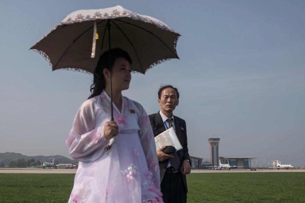 """Dziewczyna podczas pokazów lotniczych """"Festiwal Lotniczy Przyjaźni Narodów"""" w Korei Północnej"""
