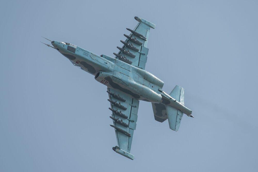 """Sukhoi SU-25 podczas pokazów lotniczych """"Festiwal Lotniczy Przyjaźni Narodów"""" w Korei Północnej"""