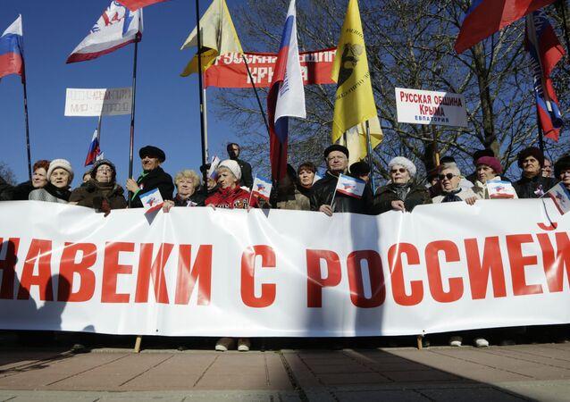 Mieszkańcy Symferopolu na uroczystościach z okazji drugiej rocznicy powrotu Krymu do Rosji