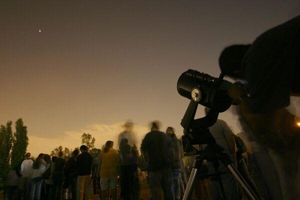 Odwiedzający muzeum Autry Museum of the American West w Los Angeles  oglądają Marsa przez teleskopy - Sputnik Polska
