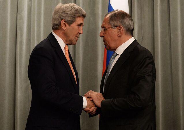 Sekretarz stanu USA John Kerry i minister spraw zagranicznych Rosji Siergiej Ławrow