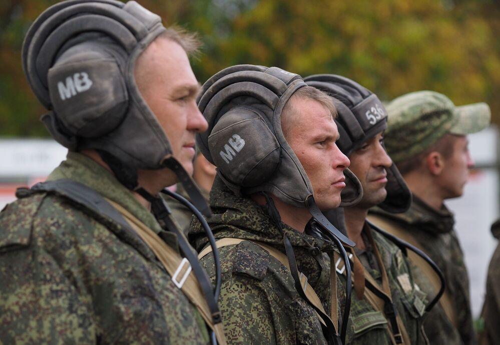 """Żołnierze jednostek pancernych wojsk zmechanizowanych Południowego Okręgu Wojskowego w czasie ćwiczeń terenowych na poligonie """"Molkino"""" w Kraju Krasnodarskim."""