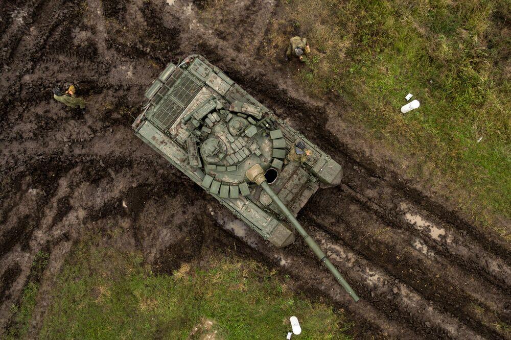 """Czołgi T-72B3 i żołnierze podczas ćwiczeń terenowych jednostek pancernych wojsk zmechanizowanych Południowego Okręgu Wojskowego na poligonie """"Molkino"""" w Kraju Krasnodarskim."""