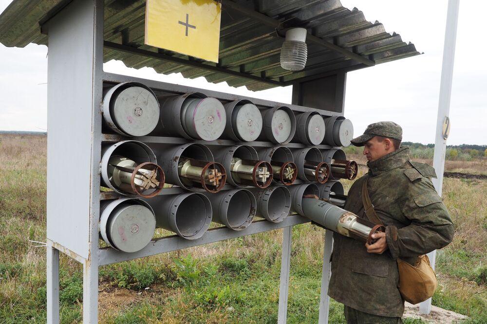 """Żołnierz jednostki pancernej wojsk zmechanizowanych Południowego Okręgu Wojskowego w czasie ćwiczeń terenowych na poligonie """"Molkino"""" w Kraju Krasnodarskim."""