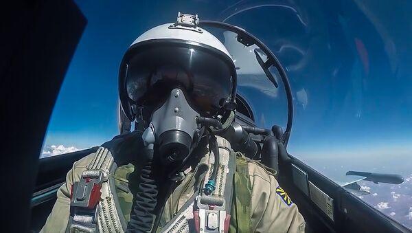 Pilot Rosyjskich Sił Powietrzno-Kosmicznych podczas wylotu na misję wojskową w Syrii. - Sputnik Polska