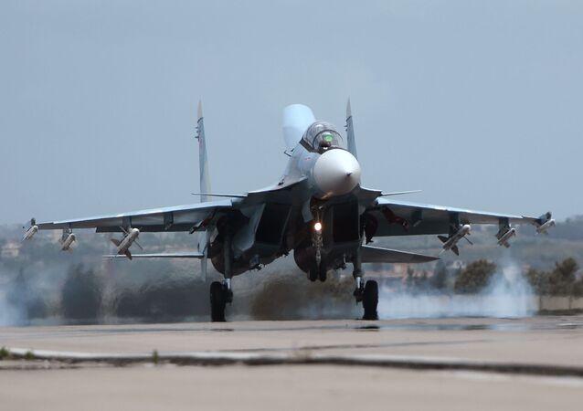 Rosyjski Su-30 w bazie Hmeimim w Syrii.