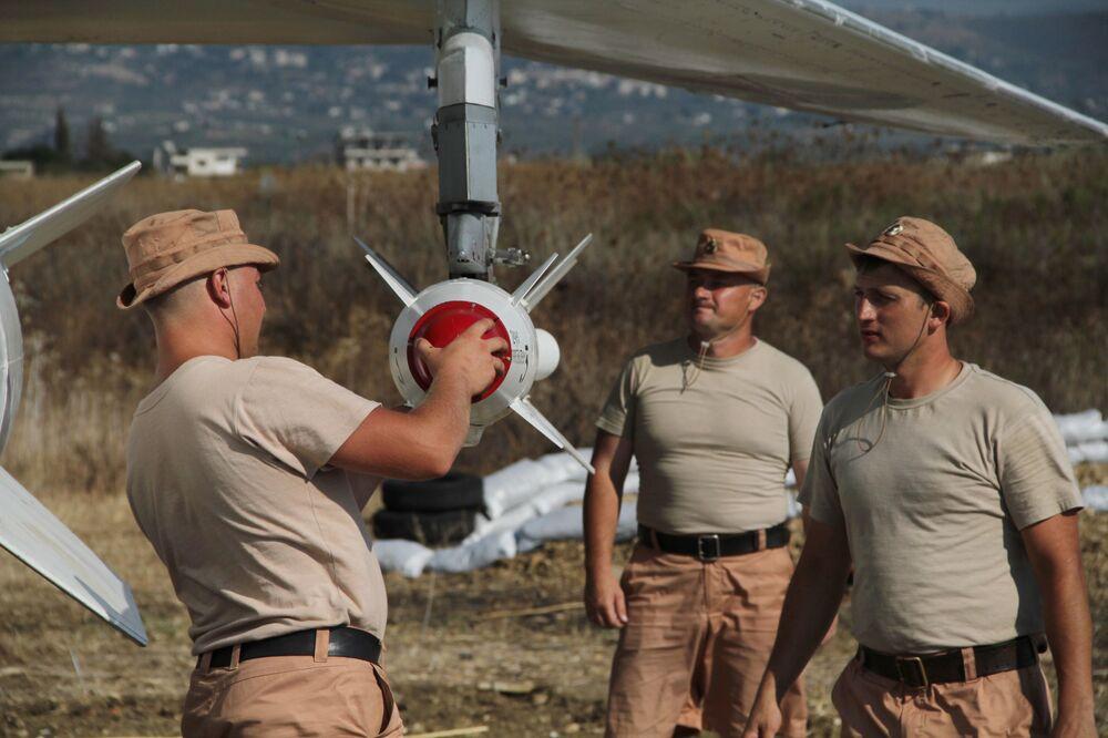 Rosyjscy wojskowi montują rakietę X-25 na bombowcu Su-24