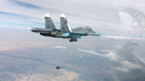 Bombowiec Su-34 podczas bombardowania terenów znajdujących się pod kontrolą terrorystów w prowincjach Rakka i Aleppo. - Sputnik Polska
