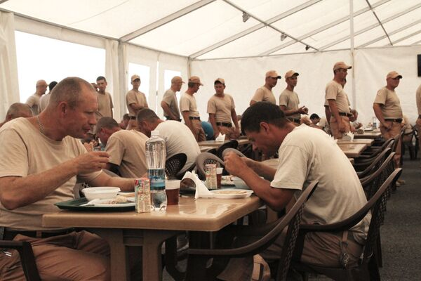 Posiłek rosyjskich wojskowych w bazie Hmeimim w Syrii. - Sputnik Polska