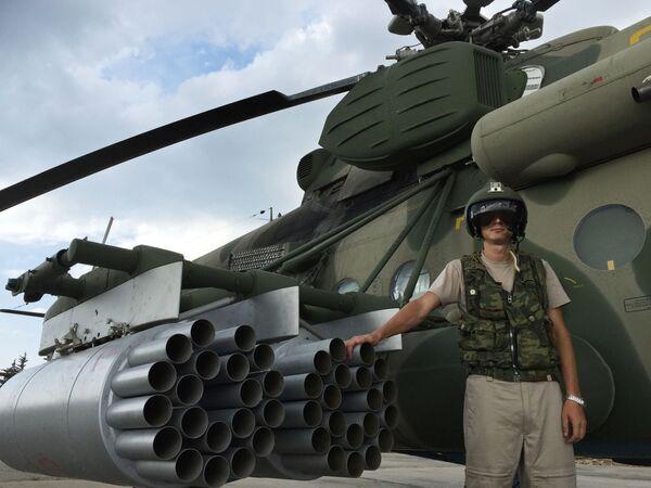 Lotnik przy transportowo-szturmowym śmigłowcu MI-8AMSZT w bazie lotniczej Hmeimim. - Sputnik Polska