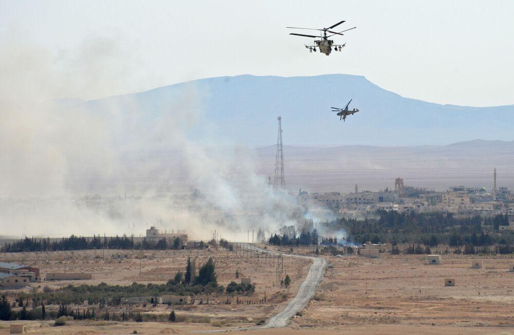 Śmigłowce Ka-52 Aligator w okolicach oswobodzonego z rąk terrorystów miasta Al-Karjatajn.