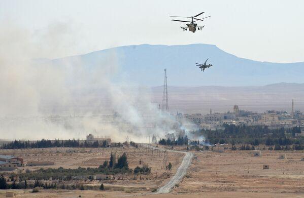 Śmigłowce Ka-52 Aligator w okolicach oswobodzonego z rąk terrorystów miasta Al-Karjatajn. - Sputnik Polska