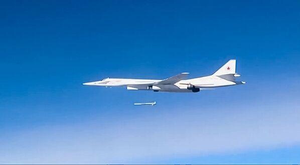 Strategiczny bombowiec rakietowy Tu-160 podczas ataku na pozycje infrastruktury PI. Jakość wykonania misji - pełen sukces. - Sputnik Polska