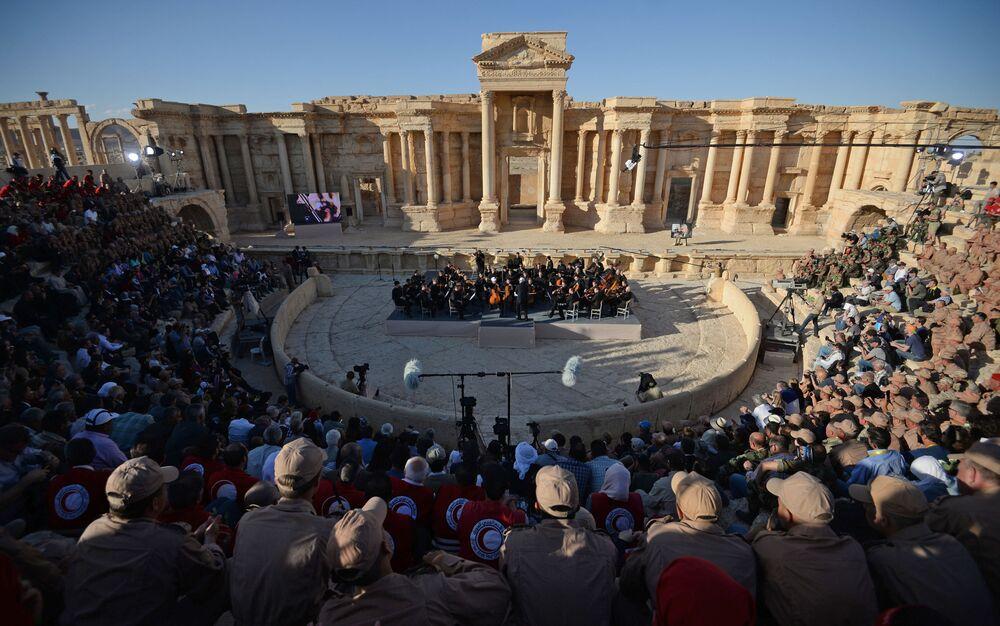 Orkiestra symfoniczna Teatru Maryjskiego pod batutą Walerija Gergijewa podczas koncertu w syryjskiej Palmirze, wyzwolonej spod panowania terrorystów.