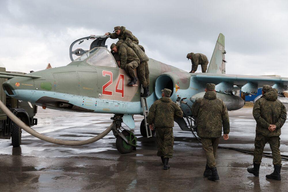 Przygotowania szturmowca Su-25 w bazie Hmeimim do wylotu na miejsce stałego stacjonowania w Rosji.