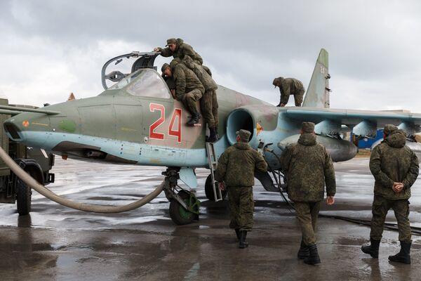 Przygotowania szturmowca Su-25 w bazie Hmeimim do wylotu na miejsce stałego stacjonowania w Rosji. - Sputnik Polska