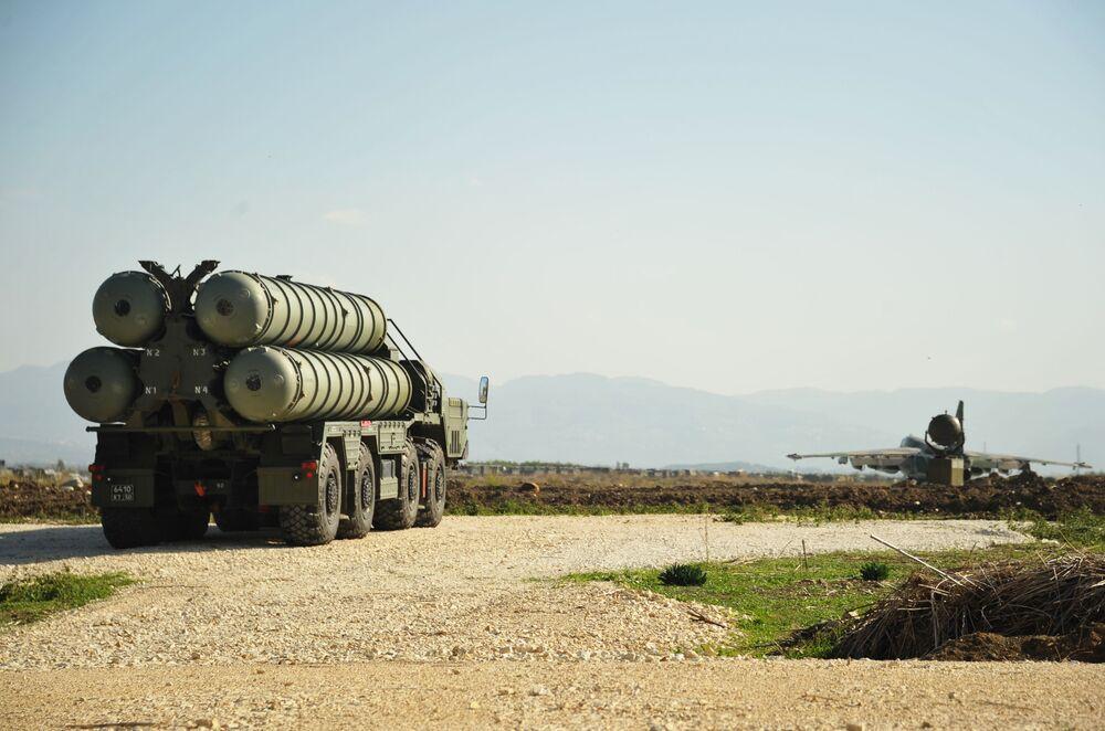 System rakietowy typu ziemia-powietrze S-400 pełniący dyżur bojowy w rosyjskiej bazie lotniczej Hmeimim.