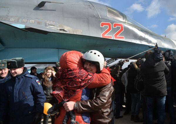 Pierwsza grupa pilotów sterujących bombowcami Su-34 w Syrii szczęśliwie wylądowała pod Woroneżem. - Sputnik Polska
