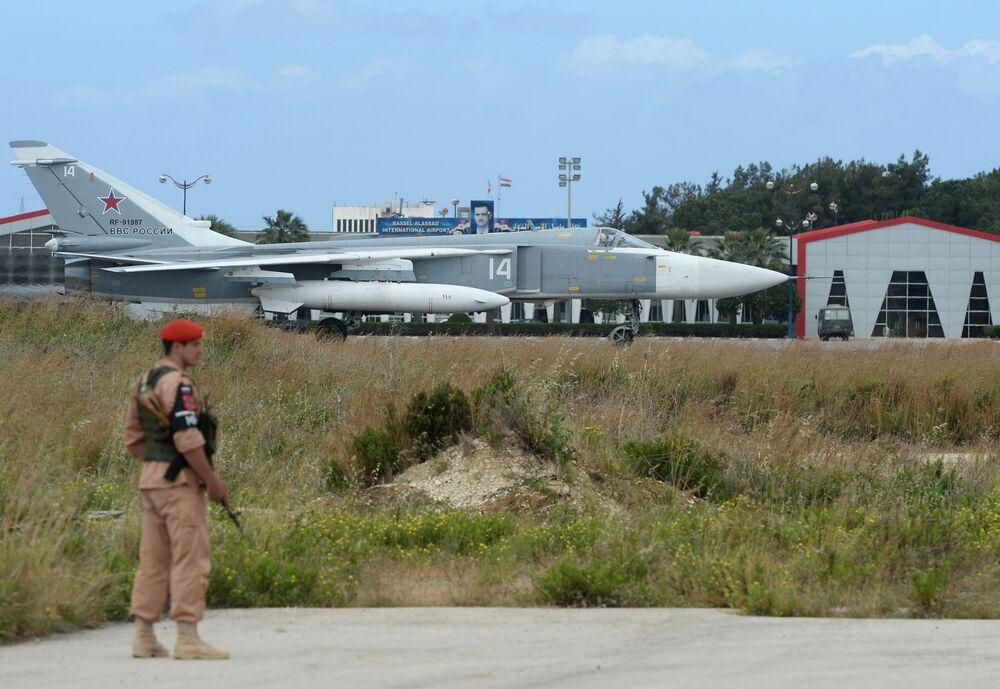 Su-24 na pasie startowym w bazie Hmeimim w Syrii.