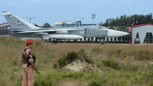 Su-24 na pasie startowym w bazie Hmeimim w Syrii. - Sputnik Polska