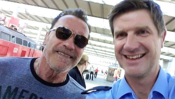 Policjant wypuścił byłego gubernatora Kalifornii, ale dopiero po zrobieniu sobie z nim selfie - Sputnik Polska
