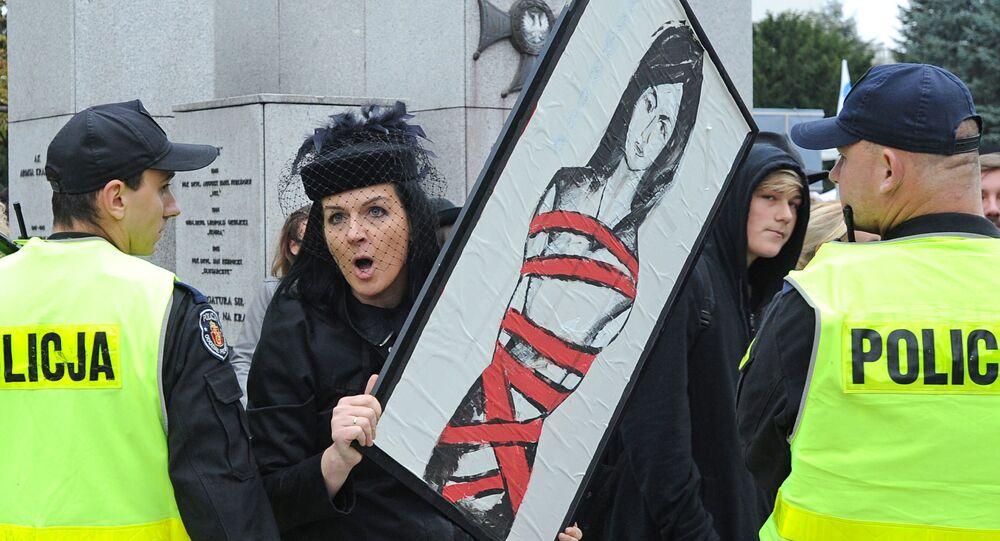 Kobieta na demonstracji nawołującej do przeprowadzenia referendum w sprawie aborcji