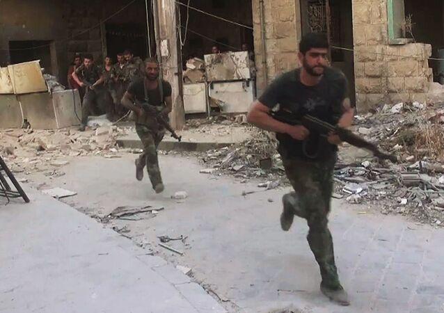 Bojownicy armii syryjskiej w ofensywie na pozycje bojowników Dżabhat an-Nusry we wschodniej dzielnicy Aleppo