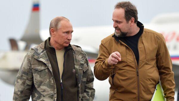 Prezydent Rosji Władimir Putin i rosyjski minister środowiska i ekologii Siergiej Donskoj na lotnisku w Orenburgu - Sputnik Polska