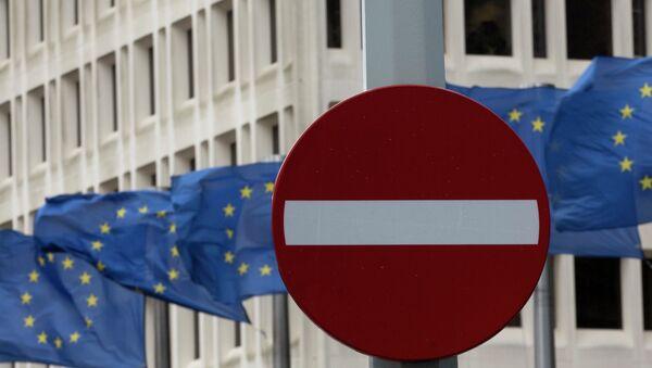 Znak drogowy na tle flag UE - Sputnik Polska