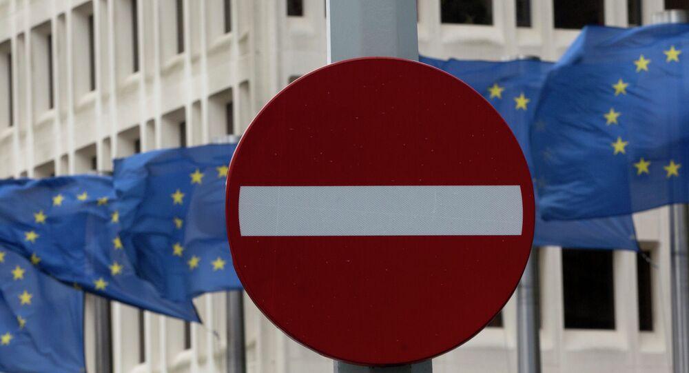 Znak drogowy na tle flag UE