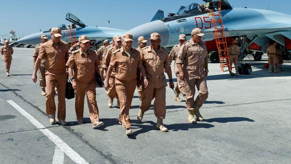 Minister obrony Rosji Siergiej Szojgu z wizytą w bazie lotniczej Hmeimim w Syrii - Sputnik Polska