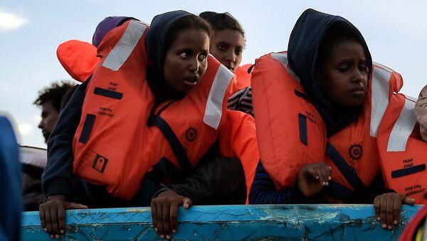 Uchodźcy w łodzi przy libijskim wybrzeżu - Sputnik Polska