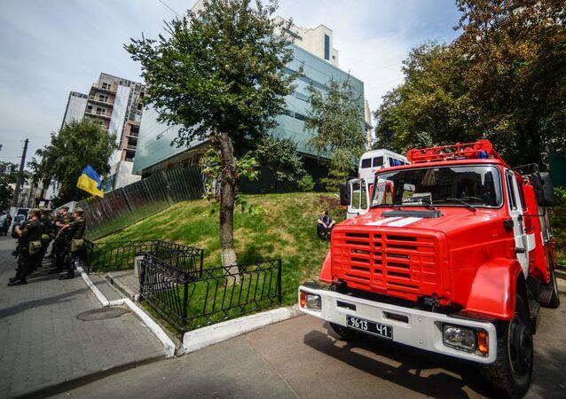 Wóz strażacki przed siedzibą telewizji Inter w Kijowie