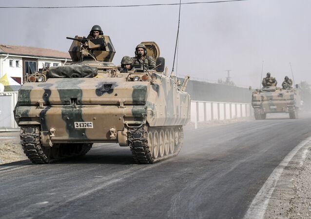 Tureccy wojskowi na transporterze opancerzonym