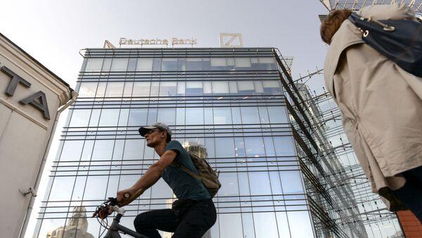 Ludzie naprzeciwko budynku kwatery głównej Deutsche Banku w Moskwie - Sputnik Polska